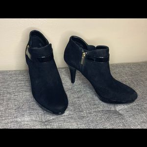 BANDOLINO Black Suede High-Heel Ankle Boots